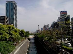 Vue sur Kobe en sortant de la gare