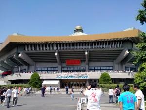 Le Budokan en début d'après-midi, avec tout un tas de gens qui font la queue sur le balcon...