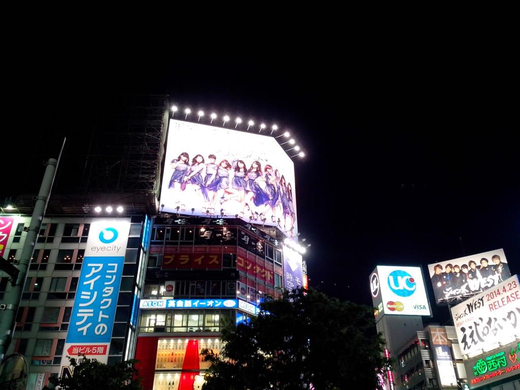 L'affiche géante des Momusu au carrefour du 109