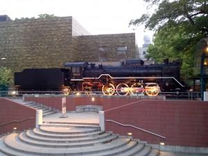Une loco, à droite du museum